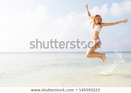 女性 · ビキニ · ジャンプ · ビーチ · 夏 · 休日 - ストックフォト © dolgachov