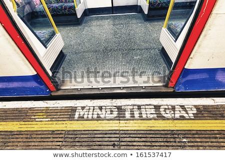 Londres subterrâneo e lacuna assinar trem Foto stock © photocreo