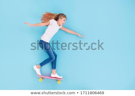 Lány lovaglás gördeszka gyönyörű barna hajú nő Stock fotó © keeweeboy