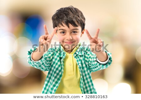 Podniecony młodych przypadkowy człowiek zwycięstwo Zdjęcia stock © feedough