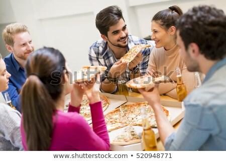 Foto stock: Jóvenes · comer · pizza · potable · sidra · moderna