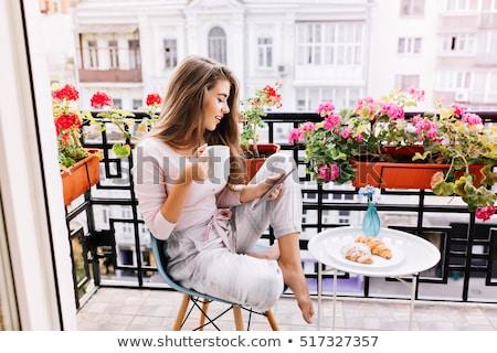 Glimlachende vrouw beker koffie voorraad afbeelding computer Stockfoto © ElenaBatkova