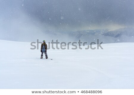 Egyedüli snowbordos lovaglás egyedül hegy sí Stock fotó © jfgelinas