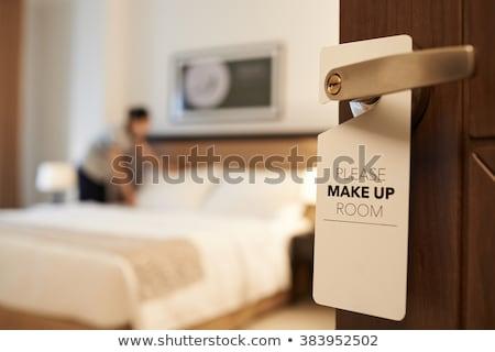 Soubrette nettoyage chambre d'hôtel Ouvrir la personnel personnage Photo stock © jossdiim