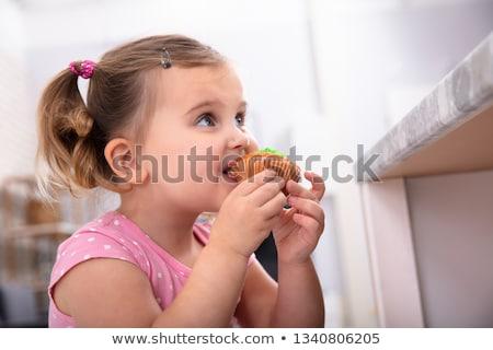 Lány elvesz falat minitorta konyha aranyos Stock fotó © AndreyPopov