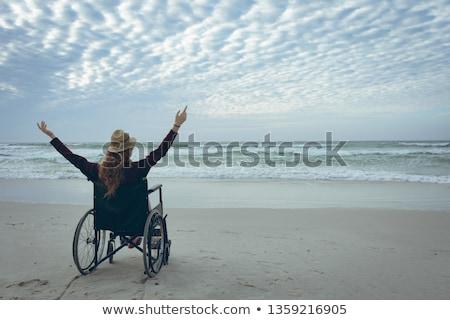 vrouw · rolstoel · strand · gehandicapten · alleen · zandstrand - stockfoto © wavebreak_media