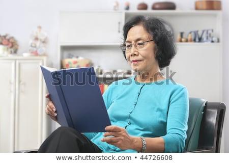 asian · supérieurs · femme · sérieux · lire · livre - photo stock © ampyang