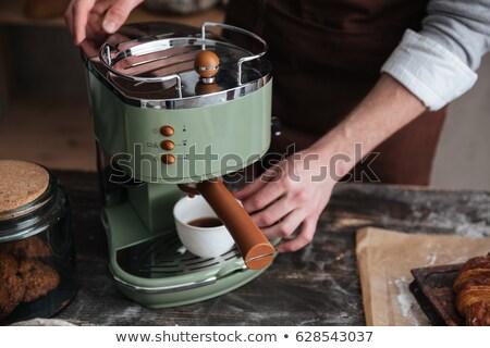 Afbeelding jonge man bakker drinken koffie permanente Stockfoto © deandrobot