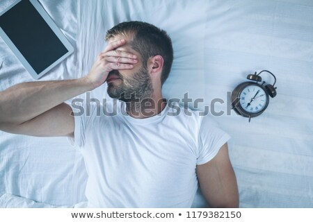ストックフォト: 男 · 寝 · ベッド · デジタル · タブレット · 疲れ