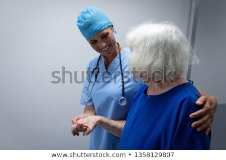 Oldalnézet női sebész megvizsgál kaukázusi beteg Stock fotó © wavebreak_media