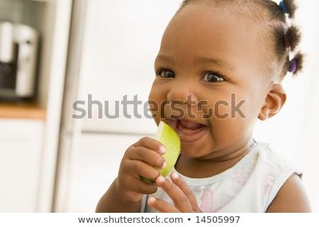 Zdjęcia stock: Ziecko · Jedzące · Jabłko · Wewnątrz