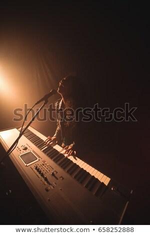 Entusiasta femminile cantante giocare piano musica Foto d'archivio © wavebreak_media