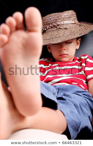 Vijf jaren oude kind slapen hoed Stockfoto © ElenaBatkova