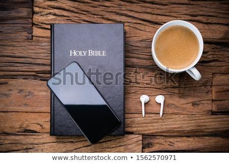 Stok fotoğraf: İncil · kulaklık · çay · fincanı · görmek