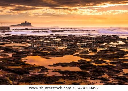 Világítótorony hajnal Newcastle Ausztrália tengerpart gyönyörű Stock fotó © jeayesy
