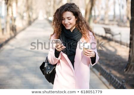 Foto stock: Mulher · jovem · telefone · ensolarado · rua · alegre · caminhada
