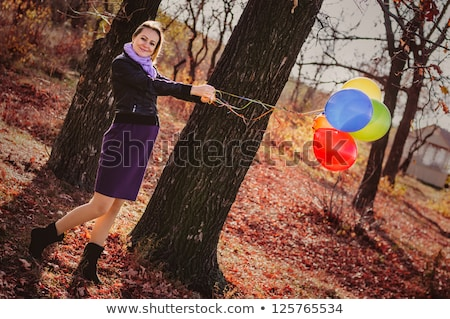 giovani · donna · incinta · palloncini · autunno · parco · bella - foto d'archivio © boggy