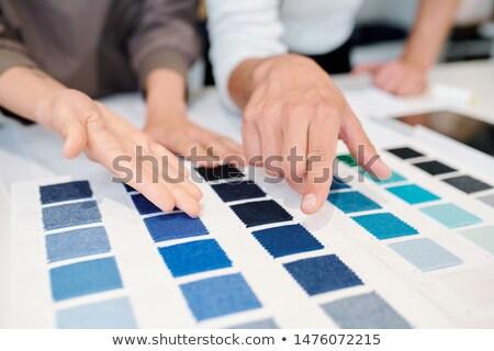 Młodych mężczyzna kobiet moda wskazując kolor Zdjęcia stock © pressmaster