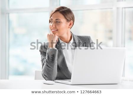 Nadenkend zakenvrouw kin met behulp van laptop werk Stockfoto © HASLOO