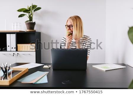 jóvenes · feliz · mujer · de · negocios · manzana · oficina - foto stock © nyul