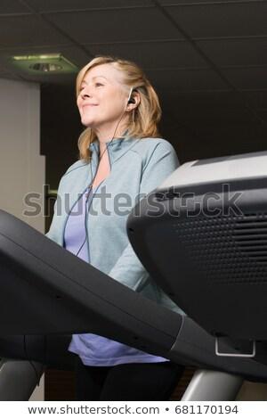 Mulher madura ouvir música mulher música feminino Foto stock © IS2