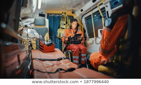 Paramédico médico tecnologia ambulância carro mulher Foto stock © Kzenon