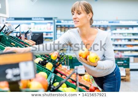Vrouw testen vers fruit supermarkt plank Stockfoto © Kzenon