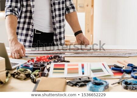 Handen tijdgenoot ambachtsman permanente tabel kiezen Stockfoto © pressmaster
