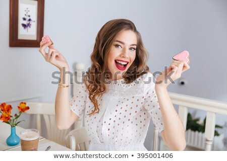 sorridente · bonitinho · mulher · jovem · cabelos · longos · lábios · vermelhos · cara - foto stock © deandrobot
