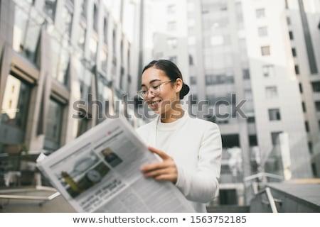 少女 · 読む · 雑誌 · 若い女性 · 階 · 笑顔 - ストックフォト © rastudio