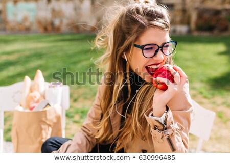 adulto · mujer · comer · verde · manzana · frutas - foto stock © is2