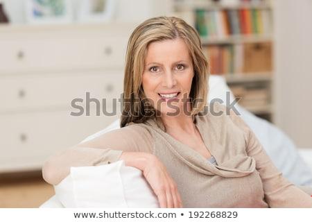 Godny podziwu w średnim wieku blond kobieta posiedzenia sofa Zdjęcia stock © dash
