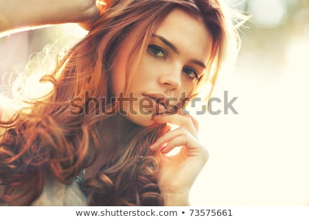 Zewnątrz portret młoda kobieta taksówką taksówka ulicy Zdjęcia stock © ilolab