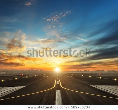 pista · avión · volar · hasta · aeropuerto · puesta · de · sol - foto stock © devon