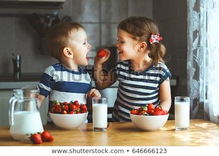 Eszik eprek gyönyörű boldog fiatal nő kezek Stock fotó © iko
