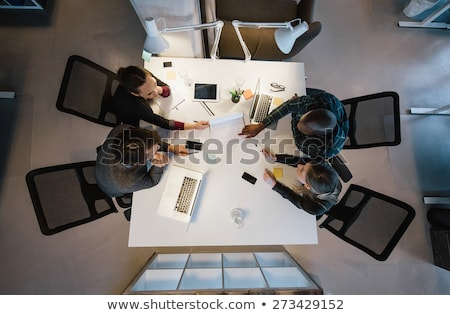 Personnes créatives séance table boardroom homme Photo stock © deandrobot