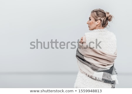 Genç kadın ayakta plaj battaniye plaj kulübe mesafe Stok fotoğraf © monkey_business