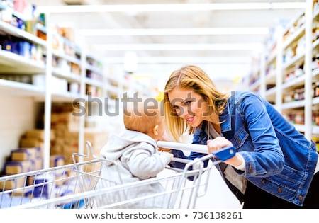 Moeder winkelwagen supermarkt kind vruchten Stockfoto © Kzenon