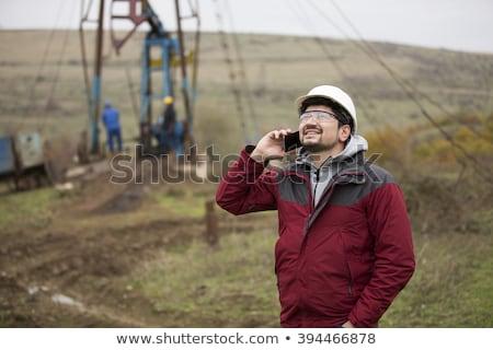 Pracownika mówić telefonu platforma wiertnicza człowiek telefon Zdjęcia stock © IS2