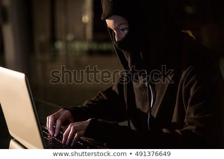 hermosa · máscara · usando · la · computadora · portátil · jóvenes · mujer · sonriente - foto stock © wavebreak_media