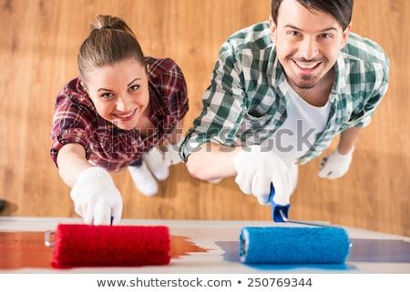 sorridente · casal · rolar · bandeja · pintura · parede - foto stock © elnur