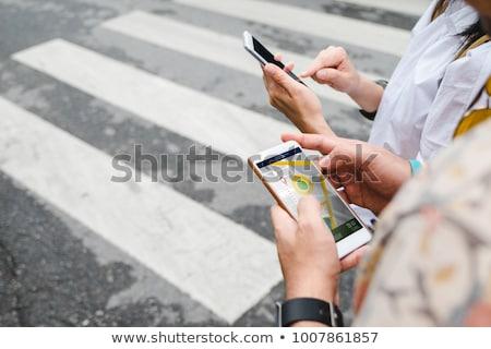 Człowiek turystycznych nawigacja app telefonu komórkowego Pokaż Zdjęcia stock © galitskaya