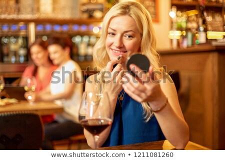 Femeie ruj se completează până restaurant frumuseţe Imagine de stoc © dolgachov