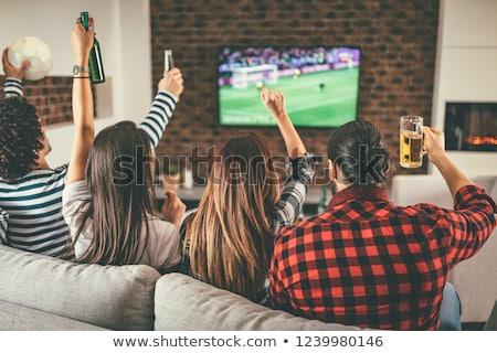 Amici birra popcorn guardare tv home Foto d'archivio © dolgachov