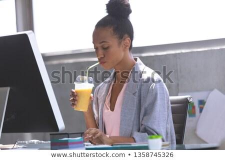 Vista lateral jovem empresária trabalhando computador secretária Foto stock © wavebreak_media