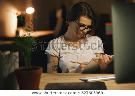 konsantre · genç · bayan · tasarımcı · çizim · albüm - stok fotoğraf © deandrobot