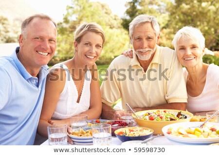 Volwassen paar vergadering picknicktafel vrouwelijke vakantie Stockfoto © IS2