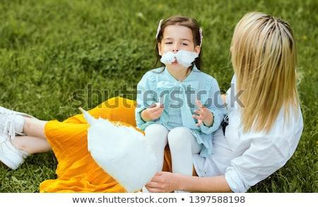 Moeder meisje eten snoep park familie Stockfoto © ElenaBatkova