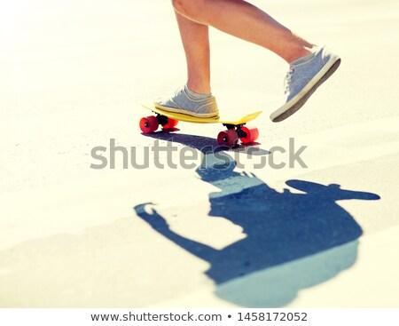Mężczyzna nogi jazda konna krótki deskorolka przejście dla pieszych Zdjęcia stock © dolgachov