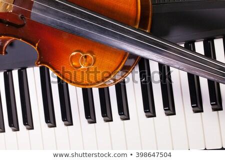 Zongora billentyűzet öreg hegedű jegygyűrűk részlet Stock fotó © CaptureLight